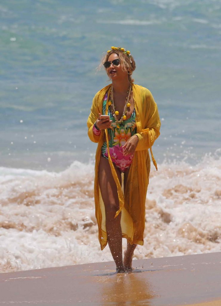 Beyonce Was Seen at the Beach in Hawaii 06/20/2016-3