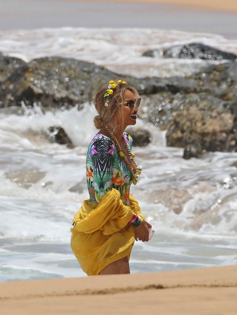 Beyonce Was Seen at the Beach in Hawaii 06/20/2016-4