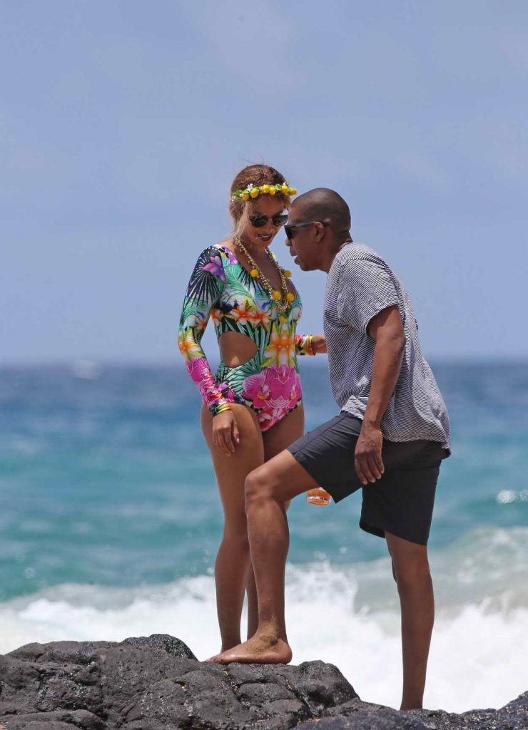Beyonce Was Seen at the Beach in Hawaii 06/20/2016-6