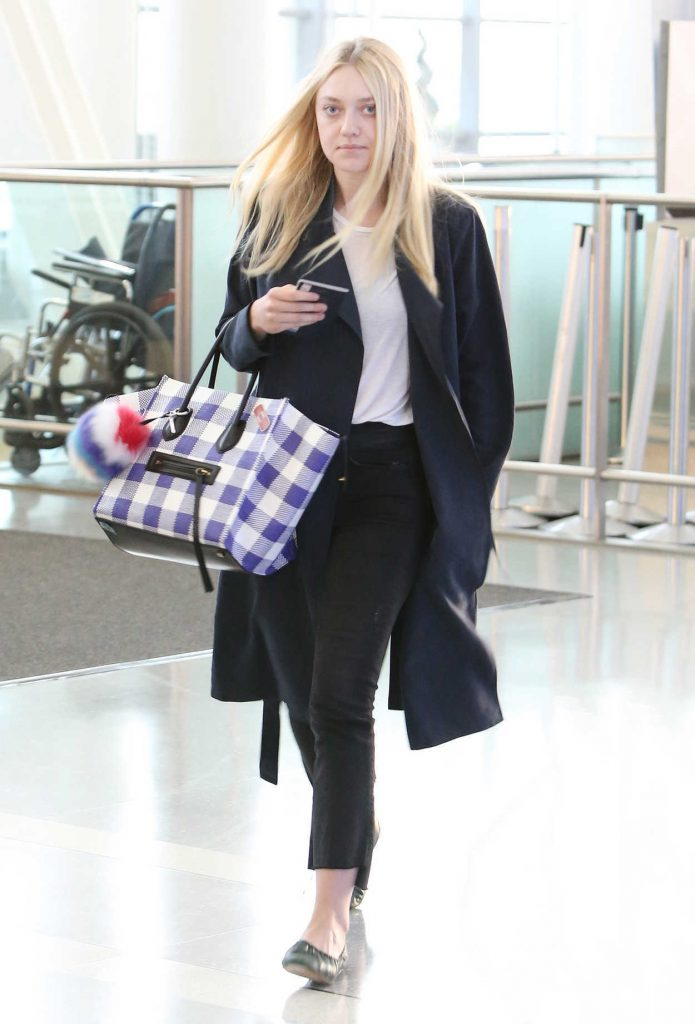 Dakota Fanning Arrives at the Pearson International Airport in Toronto 07/09/2016-1