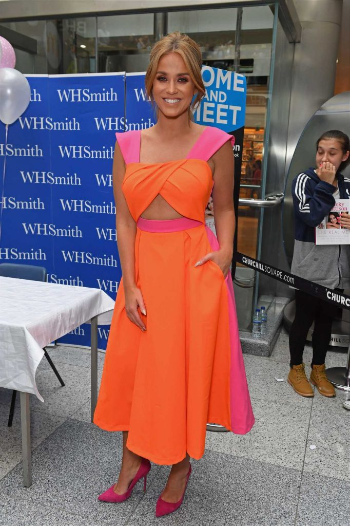 Vicky Pattison Signs Her Book at WH Smith in Brighton, West Sussex 07/30/2016-2