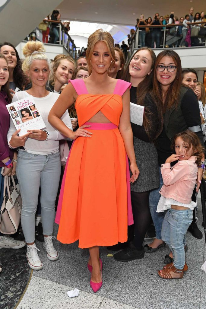Vicky Pattison Signs Her Book at WH Smith in Brighton, West Sussex 07/30/2016-4