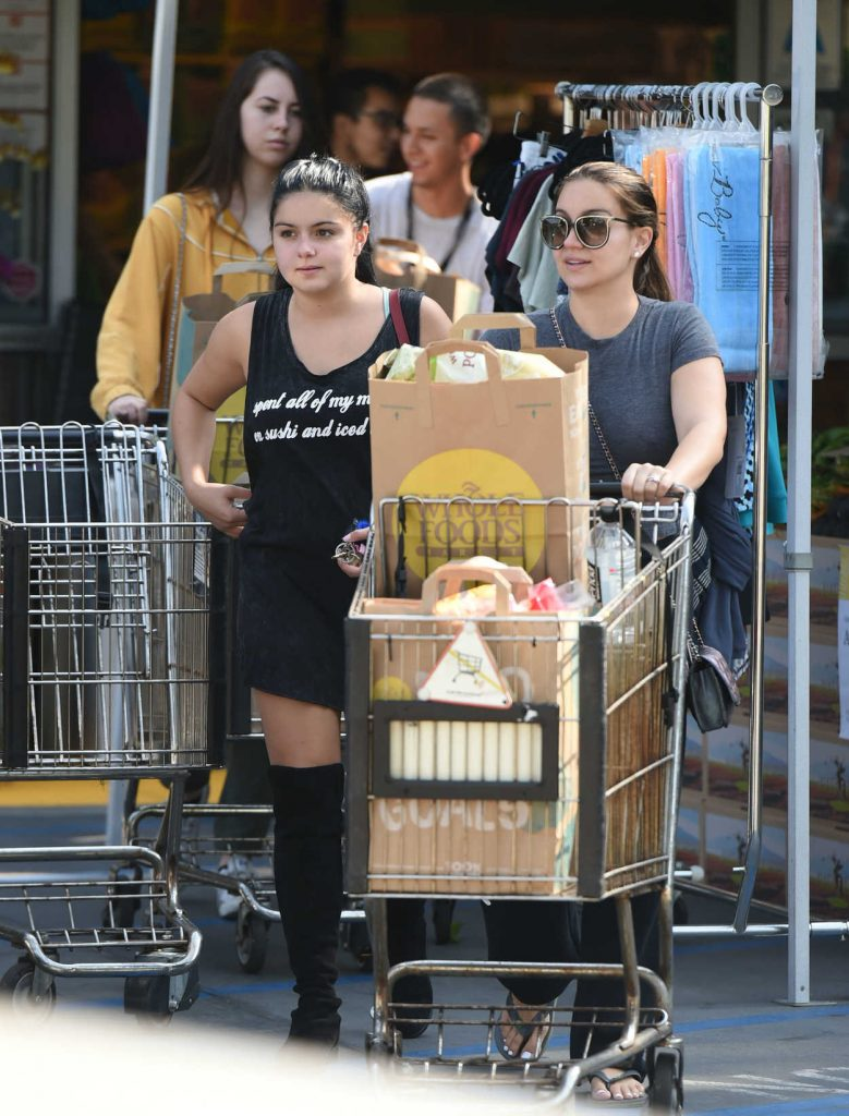 Ariel Winter Does Grocery Shopping With Her Sister in Los Angeles 08/27/2016-1
