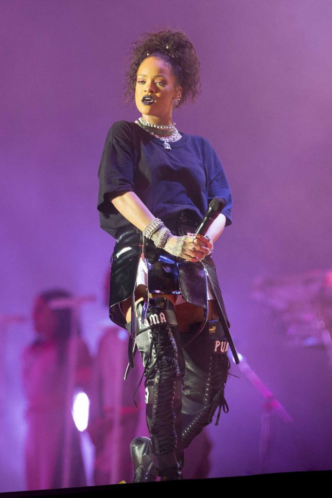 Rihanna Performs at V-Festival in Hylands Park in Chelmsford 08/21/2016-1