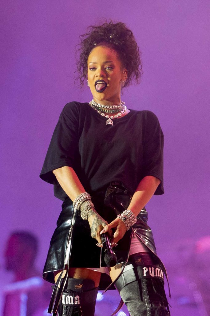 Rihanna Performs at V-Festival in Hylands Park in Chelmsford 08/21/2016-2