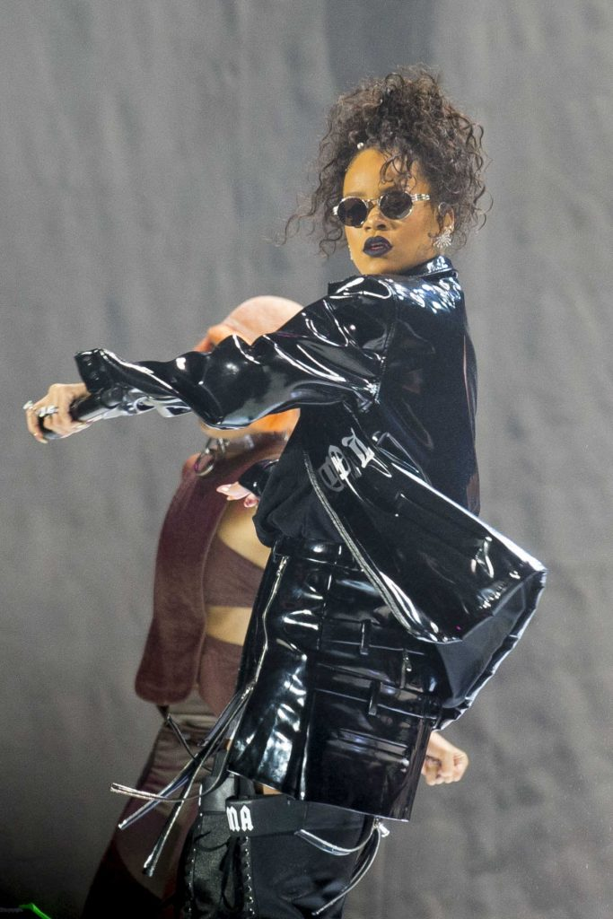 Rihanna Performs at V-Festival in Hylands Park in Chelmsford 08/21/2016-3