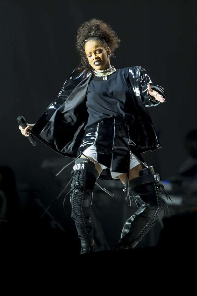 Rihanna Performs at V-Festival in Hylands Park in Chelmsford 08/21/2016-4