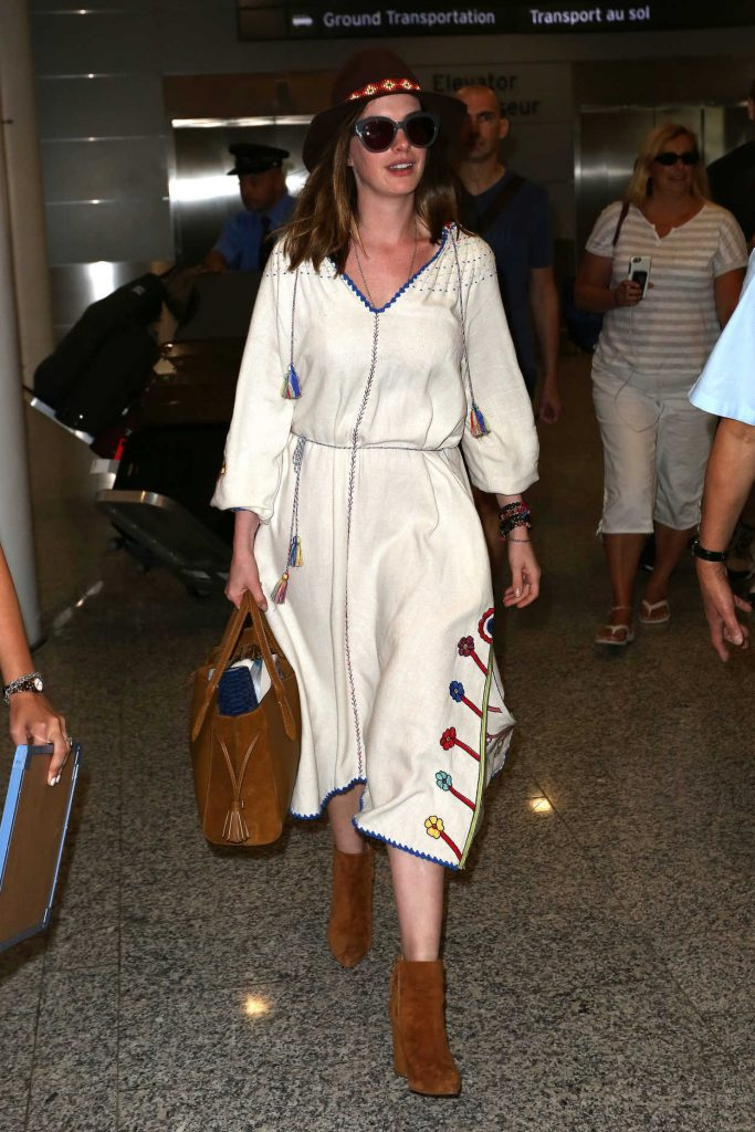 Anne Hathaway at Toronto International Airport 09/08/2016-1