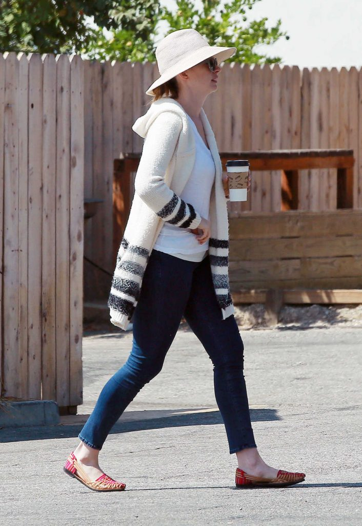 Anne Hathaway Was Seen Out in Los Angeles 09/05/2016-1