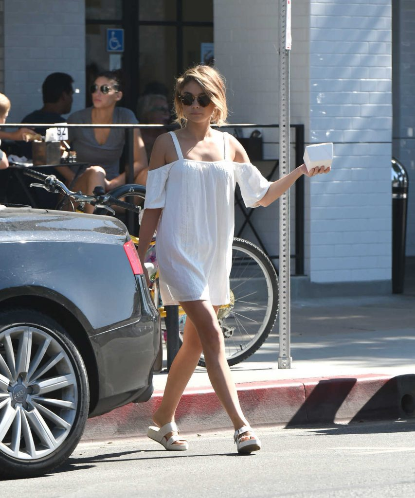 Sarah Hyland Out for Breakfast in Los Angeles 09/17/2016-2
