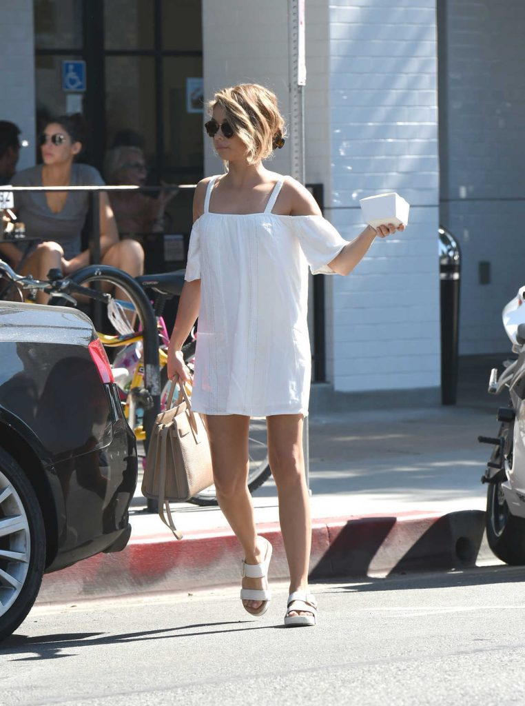Sarah Hyland Out for Breakfast in Los Angeles 09/17/2016-3