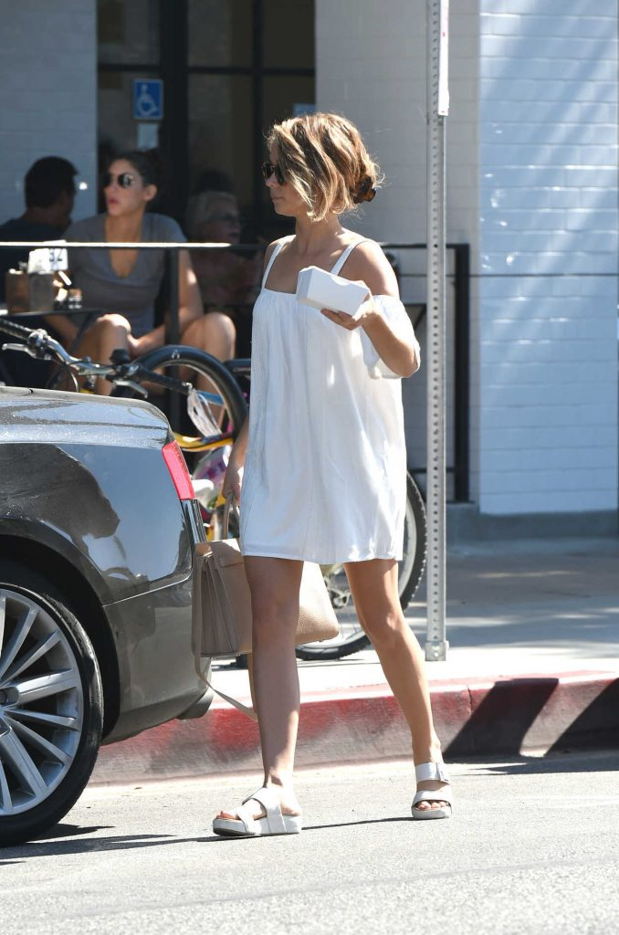 Sarah Hyland Out for Breakfast in Los Angeles 09/17/2016-4