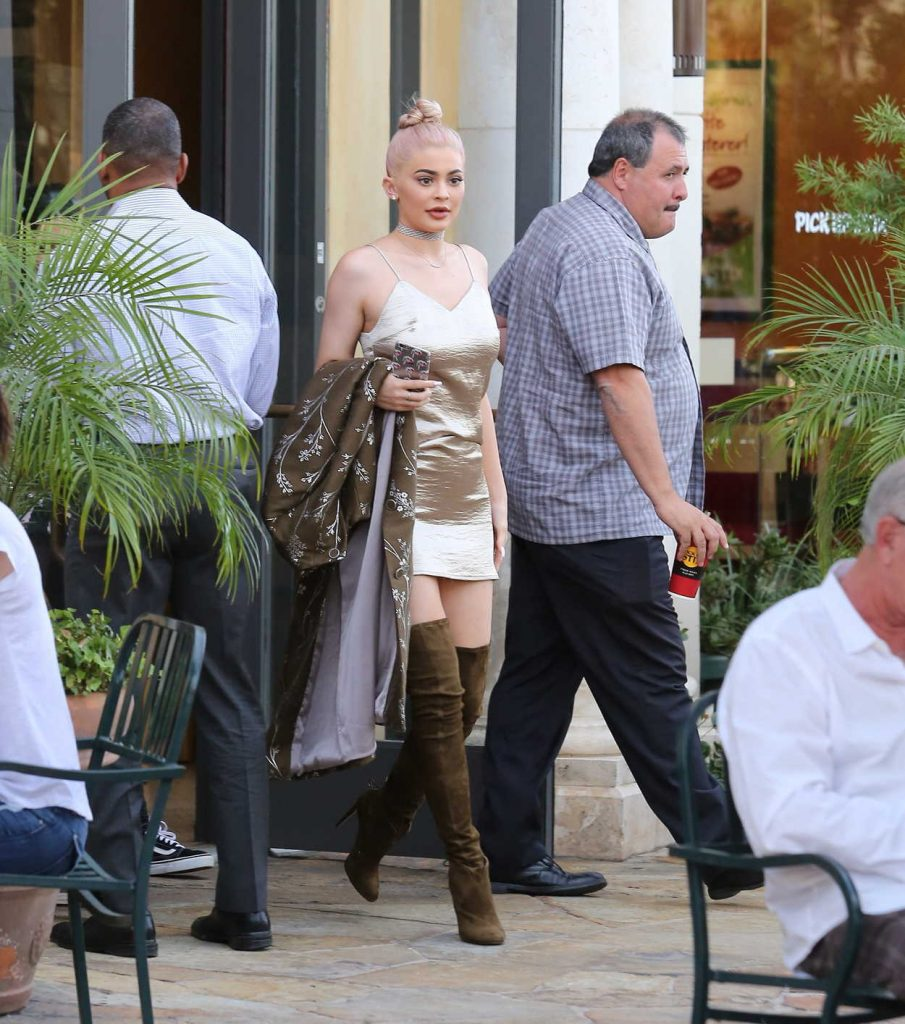 Kylie Jenner Out For Lunch at the Commons in Calabasas 10/07/2016-2