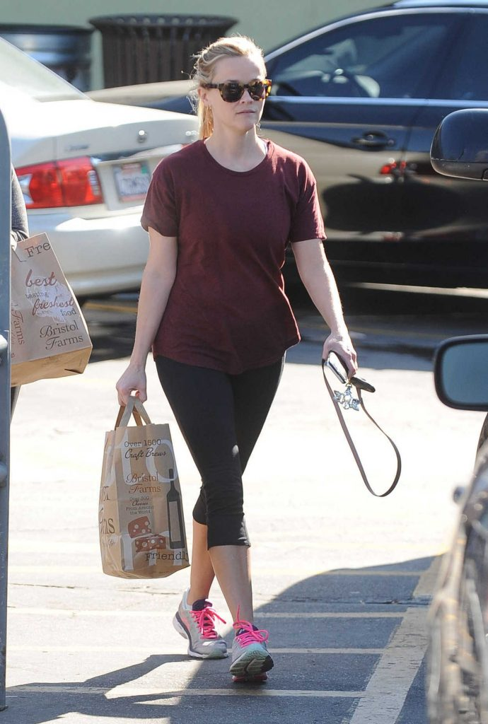 Reese Witherspoon Goes Shopping at Bristol Farms in Santa Monica 11/24/2016-1