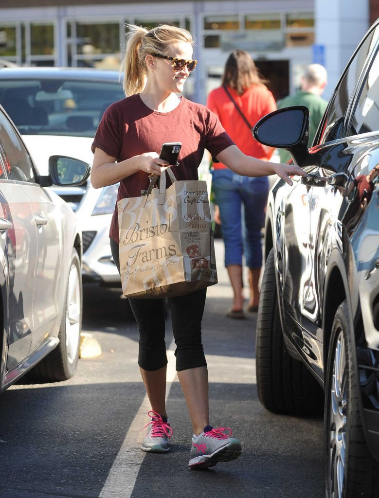 Reese Witherspoon Goes Shopping at Bristol Farms in Santa Monica 11/24/2016-4