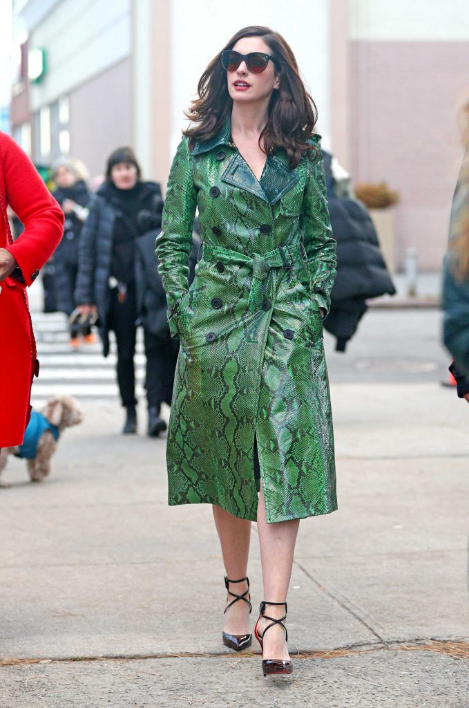 Anne Hathaway on the Set of Ocean's Eight in New York City 12/04/2016-1