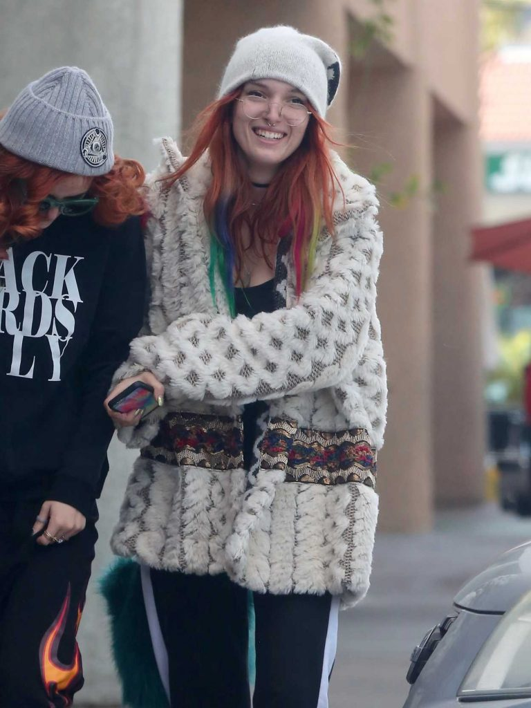 Bella Thorne Goes Out for Breakfast With Friends in Los Angeles 12/24/2016-1