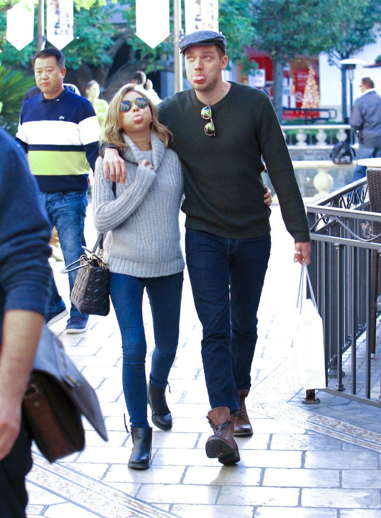 Sarah Hyland Was Seen Out in Los Angeles 11/29/2016-3