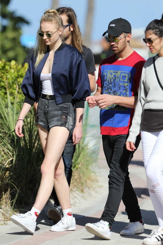 Sophie Turner Goes Shopping With Joe Jonas in Miami 12/30/2016-3