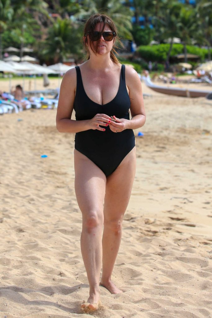Tiffani Thiessen Wearing a Black Swimsuit at the Beach in Hawaii 11/29/2016-1