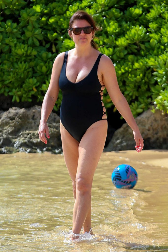 Tiffani Thiessen Wearing a Black Swimsuit at the Beach in Hawaii 11/29/2016-2