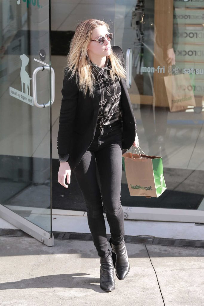 Amber Heard Stops by Healthy Spot Pet Store in West Hollywood 01/23/2017-4