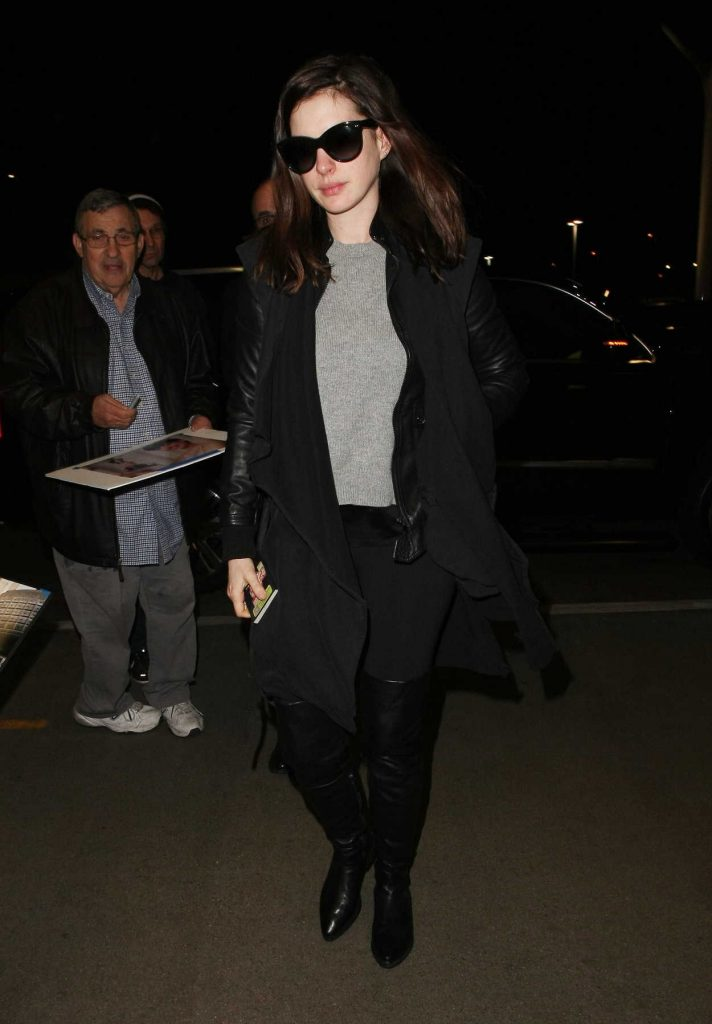 Anne Hathaway Was Seen at LAX Airport in Los Angeles 01/06/2017-1