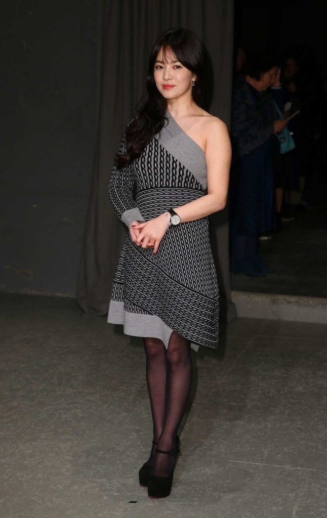 Song Hye Kyo at the Burberry Show During the London Fashion Week 02/20/2017-2