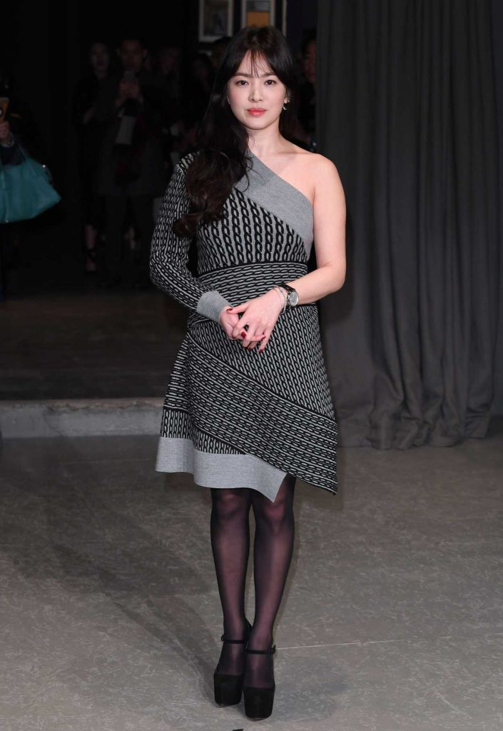 Song Hye Kyo at the Burberry Show During the London Fashion Week 02/20/2017-3