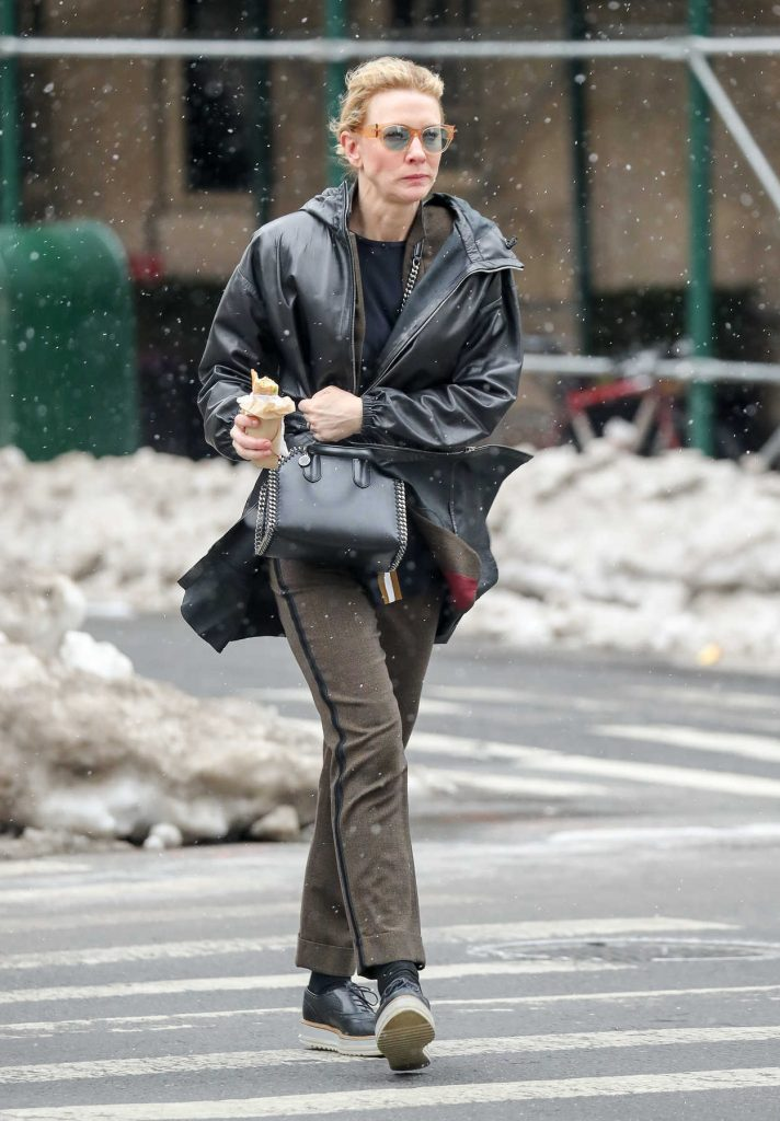 Cate Blanchett Eats a Sandwich Out in New York City 03/18/2017-3