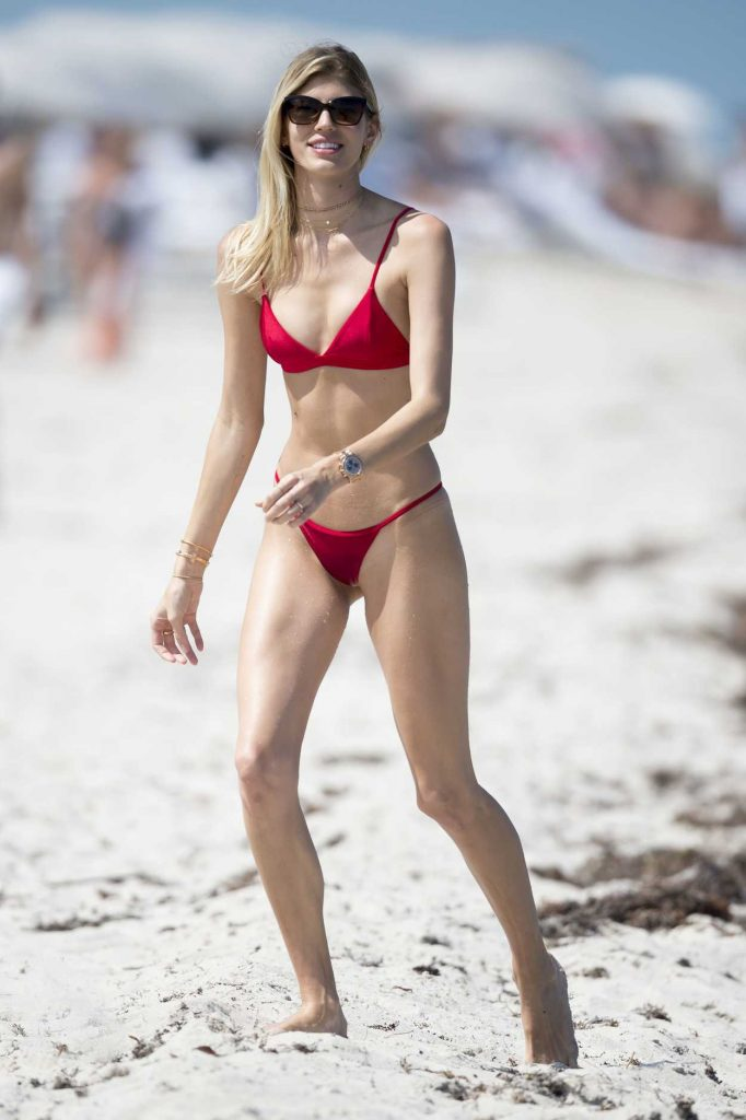 Devon Windsor Wears a Red Bikini at the Beach in Miami 04/28/2017-1