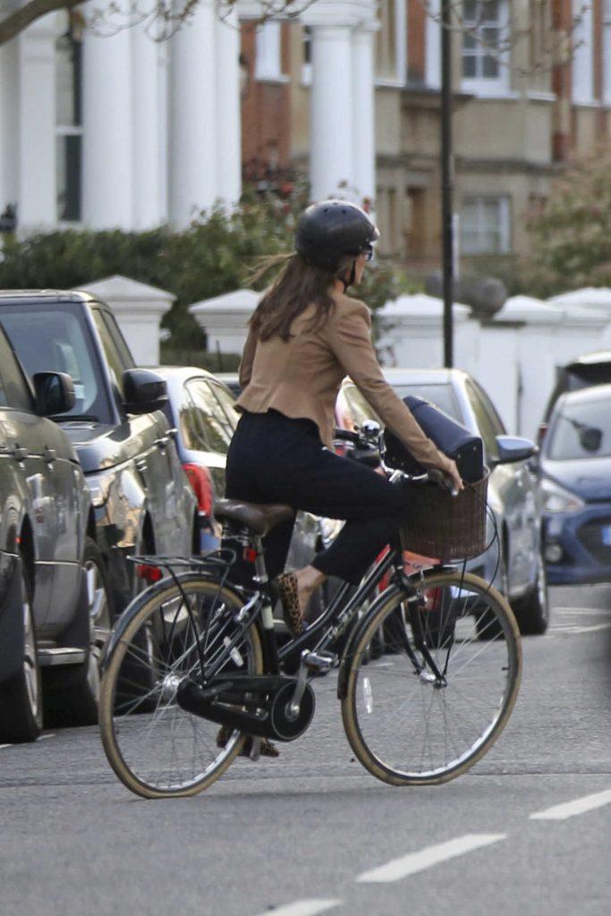 Pippa Middleton Rides on Her Bike in London 04/11/2017-3