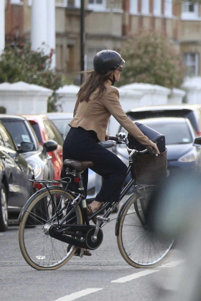 Pippa Middleton Rides on Her Bike in London 04/11/2017-4
