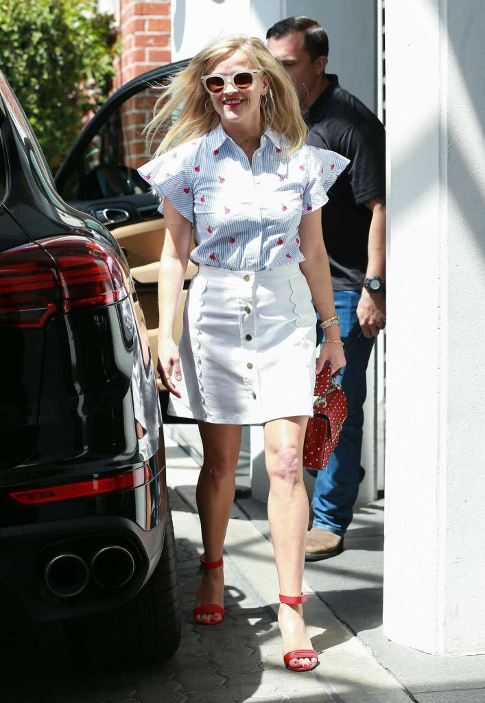Reese Witherspoon Was Seen Out in Los Angeles 04/27/2017-4
