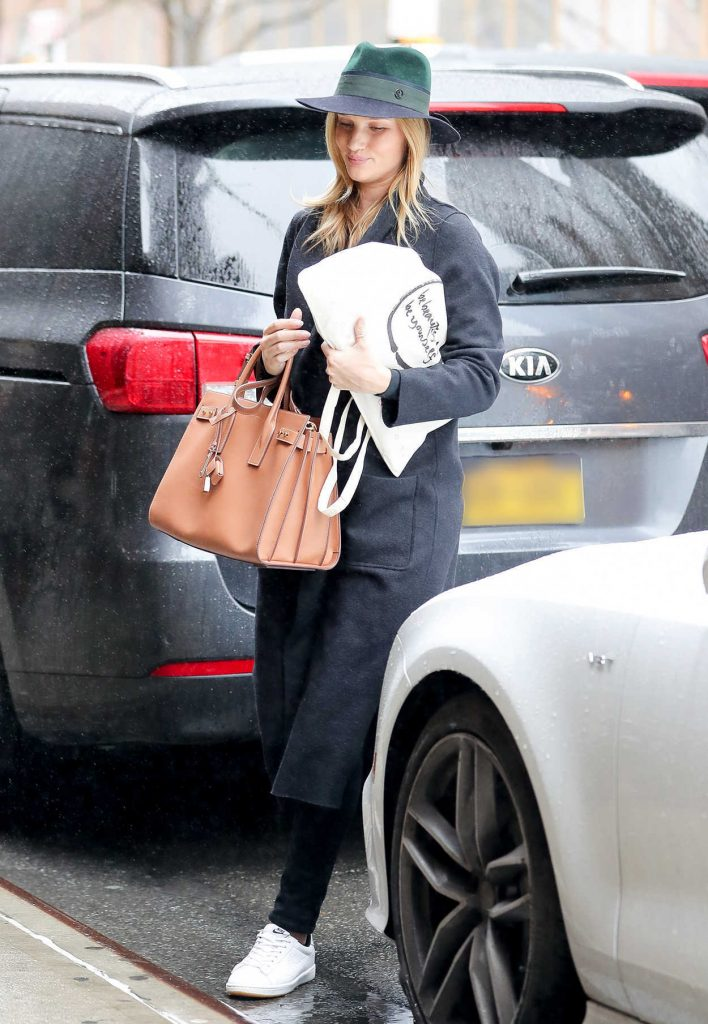 Rosie Huntington-Whiteley Goes Shopping Out in New York City 04/06/2017-1