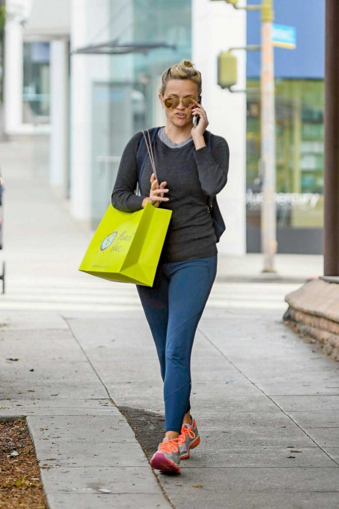 Reese Witherspoon Stops by Planet Blue in Brentwood 05/31/2017-1