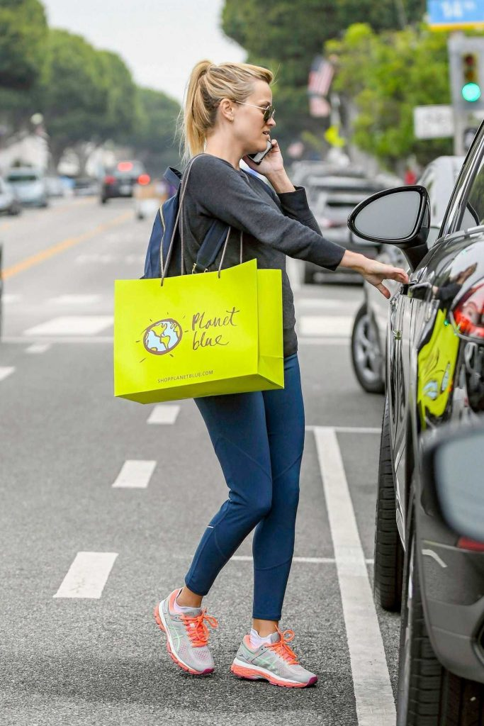 Reese Witherspoon Stops by Planet Blue in Brentwood 05/31/2017-4
