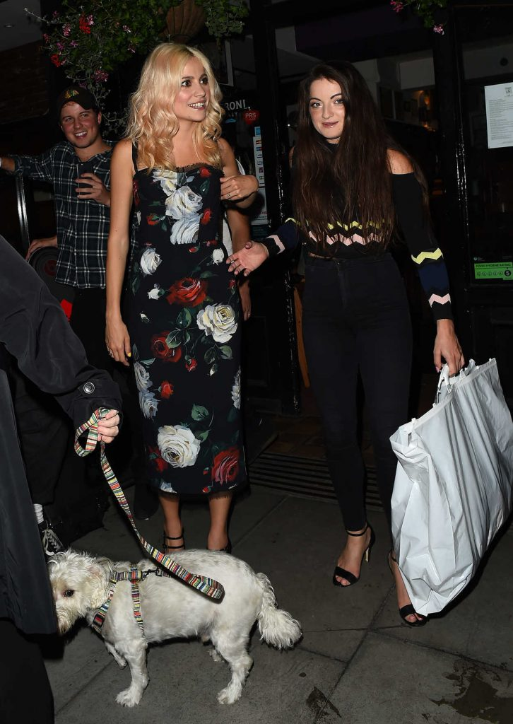 Pixie Lott Leaves the Oliver Conquest Pub in London 08/04/2017-2