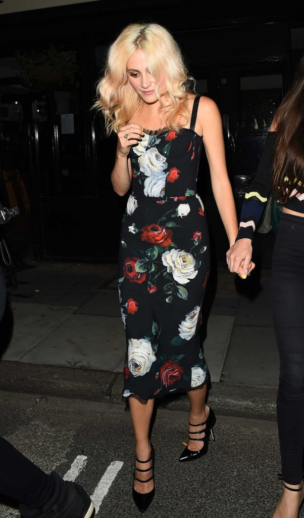 Pixie Lott Leaves the Oliver Conquest Pub in London 08/04/2017-5