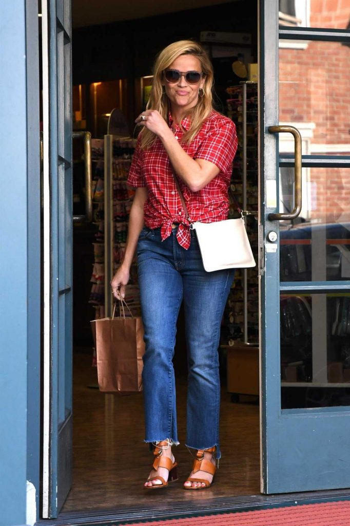 Reese Witherspoon Stops by a Local Pharmacy in Los Angeles 08/25/2017-1