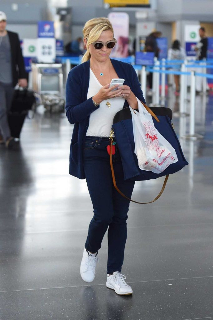 Reese Witherspoon Was Spotted at JFK Airport in New York 08/18/2017-1