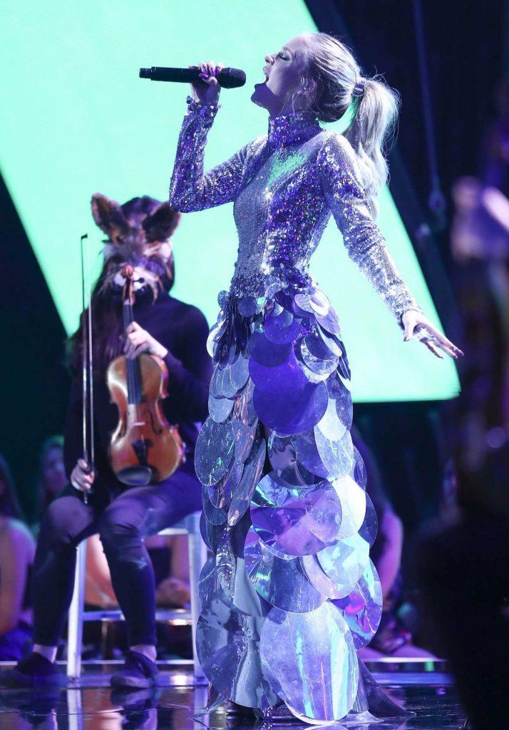 Zara Larsson at 2017 Teen Choice Awards in Los Angeles 08/13/2017-4