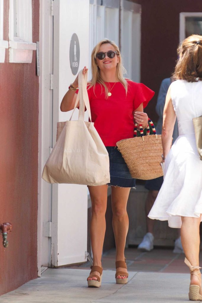 Reese Witherspoon Does Some Shopping in Los Angeles 09/01/2017-1