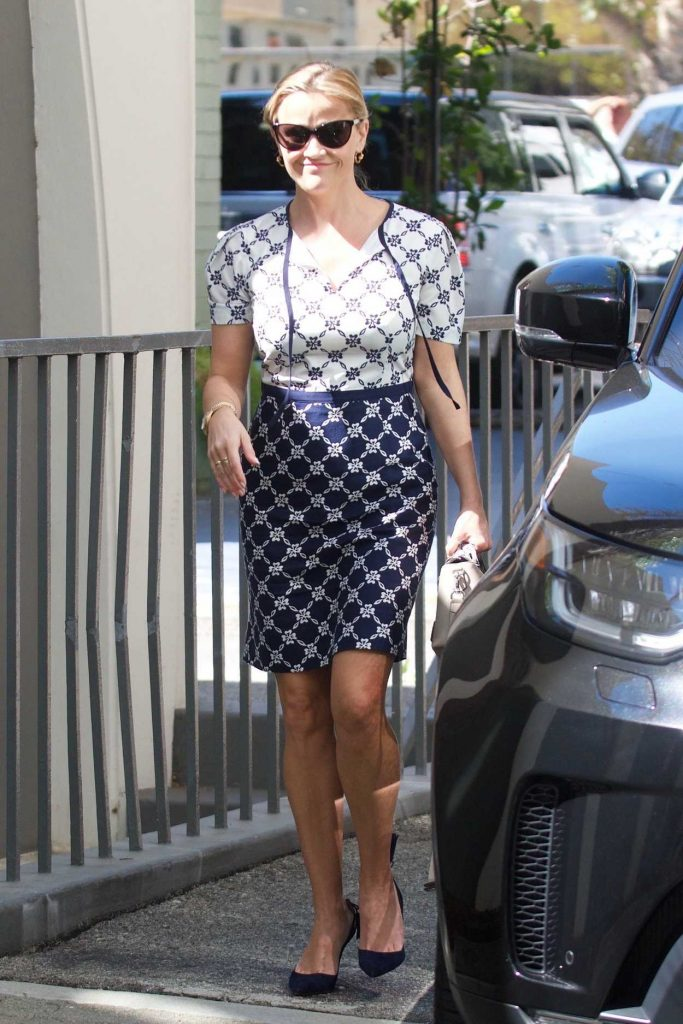 Reese Witherspoon Was Seen Out in Brentwood 09/25/2017-1