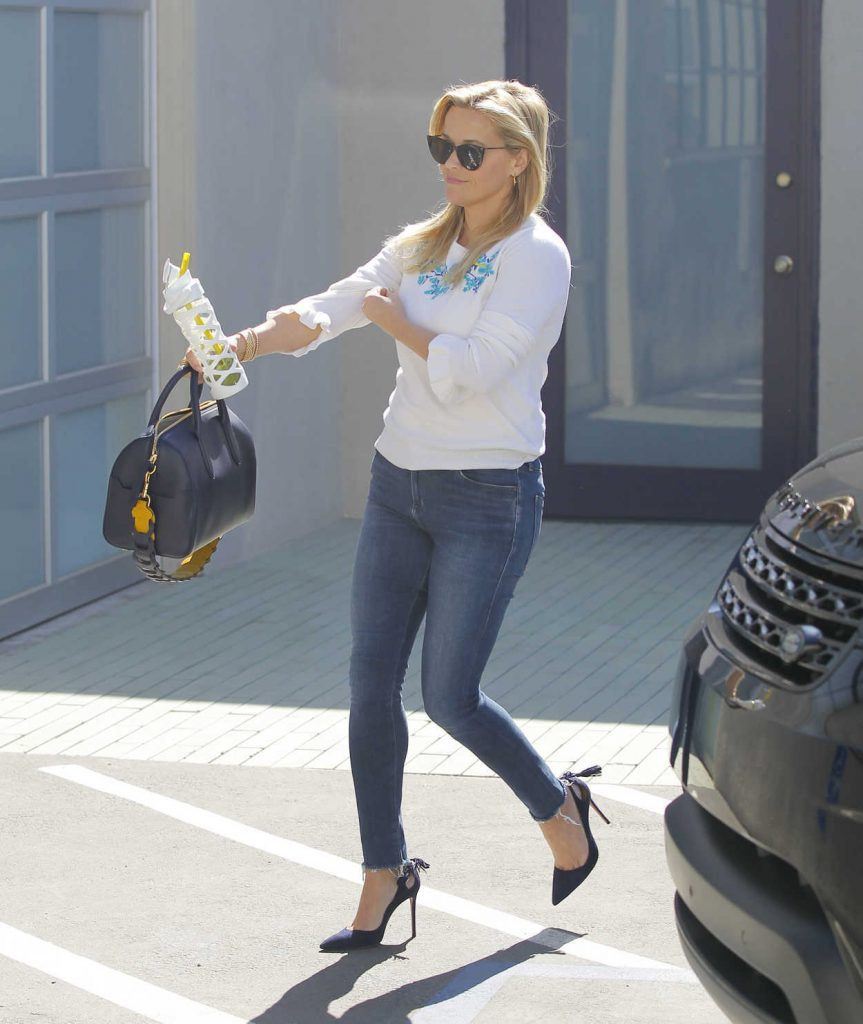 Reese Witherspoon Was Seen Out in Santa Monica 09/28/2017-1