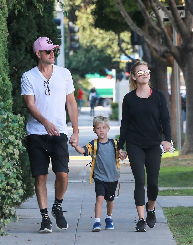 Reese Witherspoon Was Seen Out With Jim Toth in Brentwood 09/14/2017-1