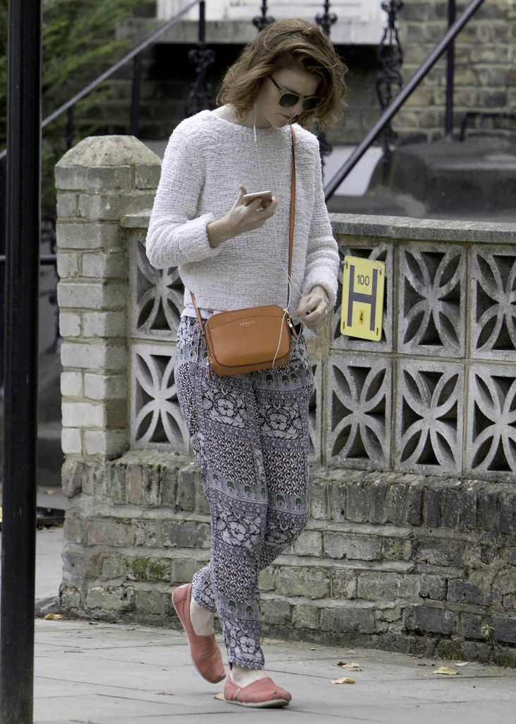 Rose Leslie Listening to Her iPhone While Taking a Walk in London 09/01/2017-1