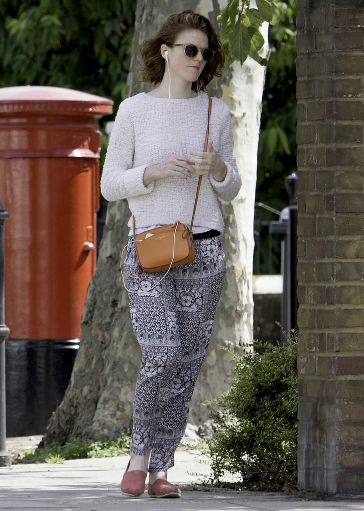 Rose Leslie Listening to Her iPhone While Taking a Walk in London 09/01/2017-3