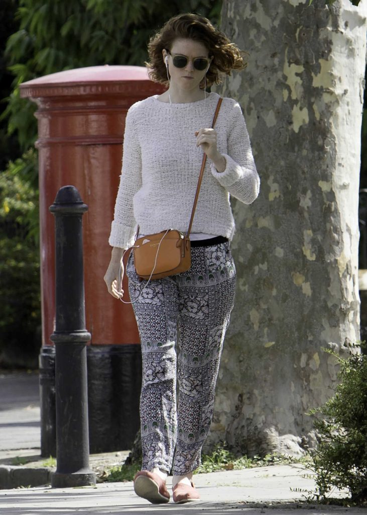 Rose Leslie Listening to Her iPhone While Taking a Walk in London 09/01/2017-4