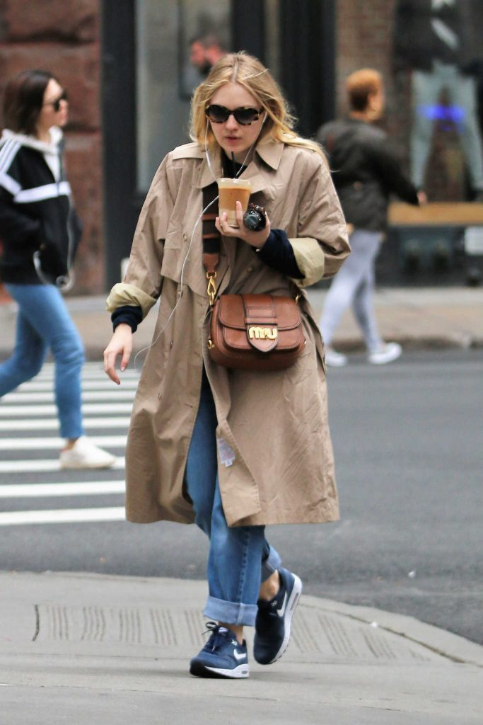 Dakota Fanning Grabs an Iced Coffee Out in NYC 11/06/2017-1